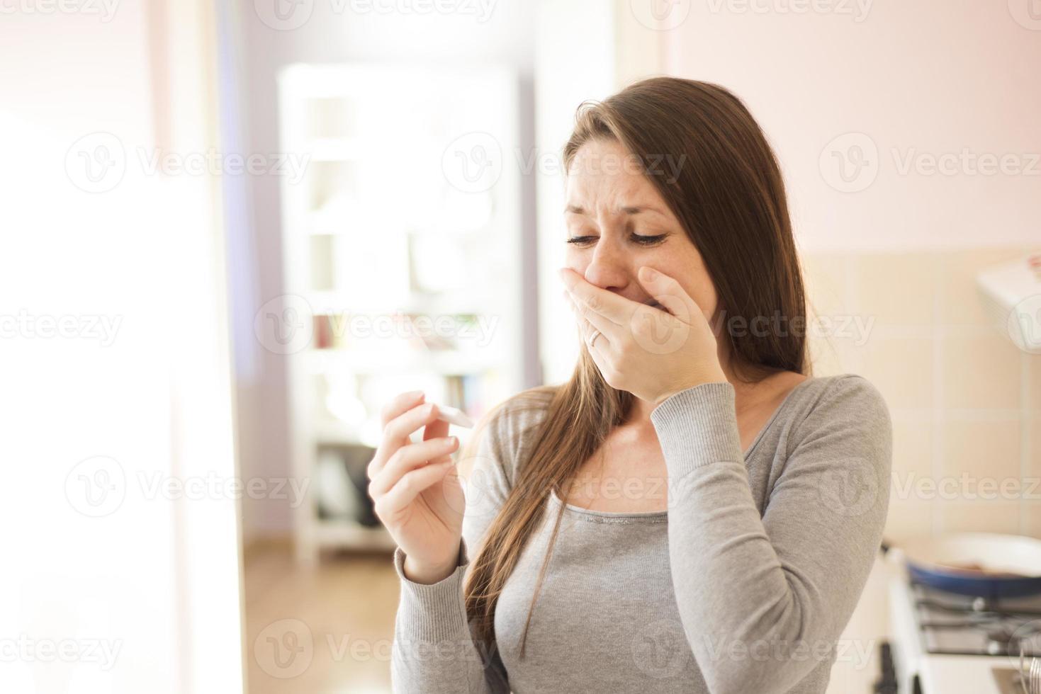 mujer con prueba de embarazo foto
