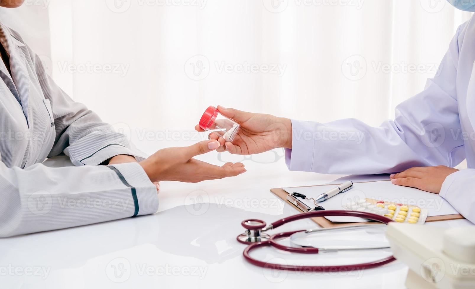 doctor dando medicina al paciente foto
