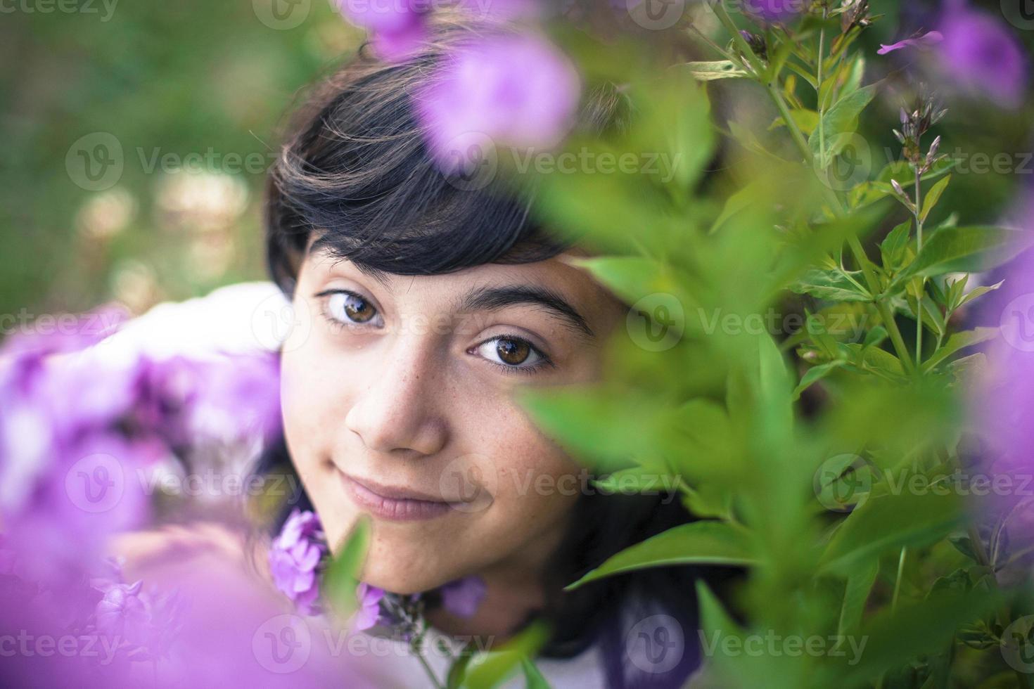 bouchent le portrait chaleureux d'une belle adolescente. photo