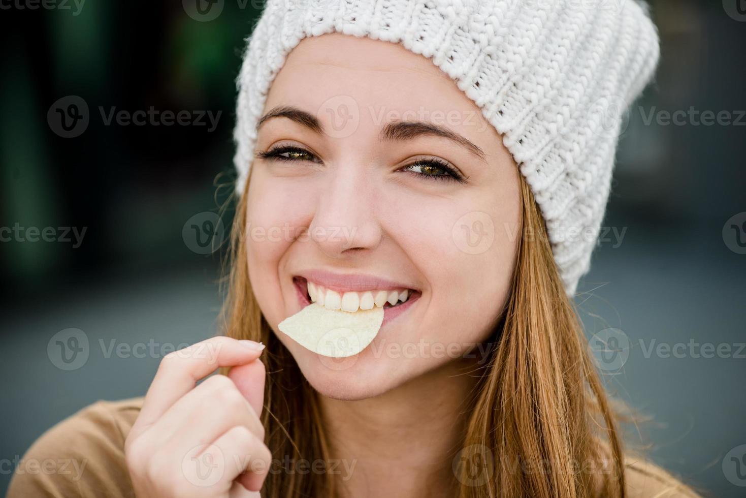 adolescente comiendo papas fritas foto