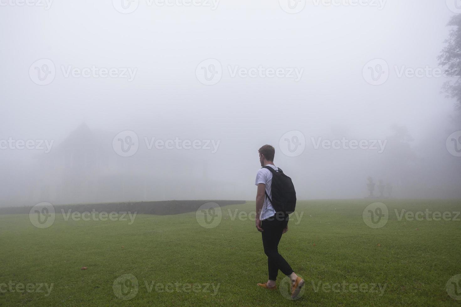 adolescente caminando niebla a casa foto