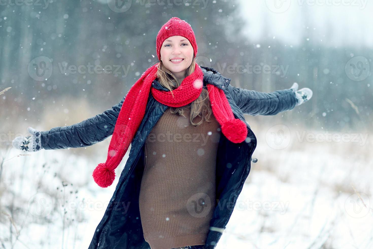 menina feliz inverno neve é executado foto