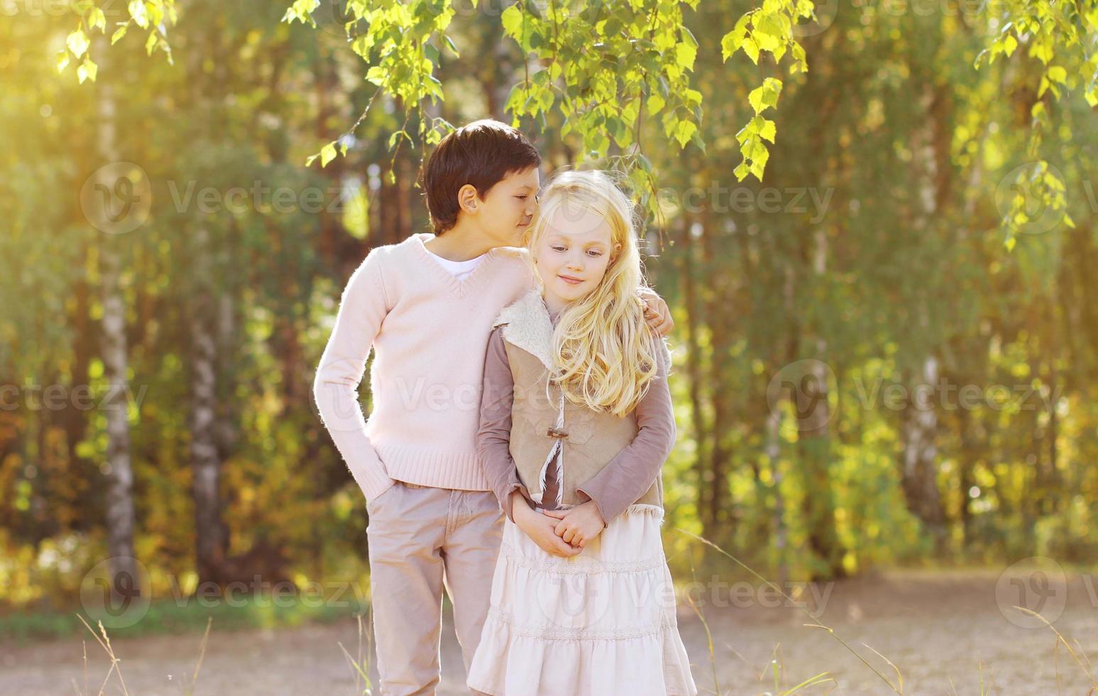 pareja de adolescentes en día de otoño foto