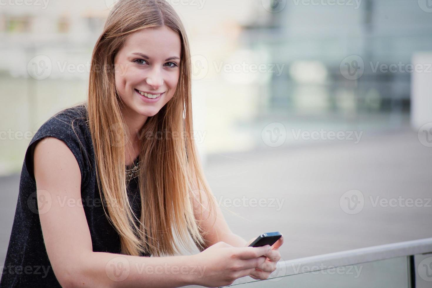 adolescente usando teléfono inteligente foto