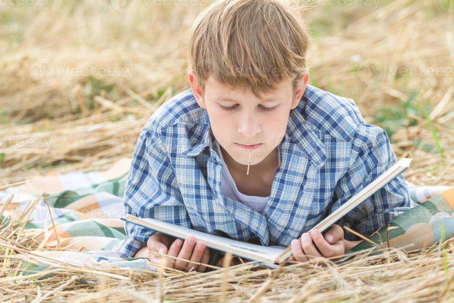 adolescente acostado con libro foto
