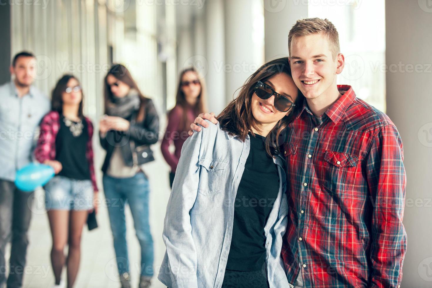 grupo de amigos adolescentes felices foto