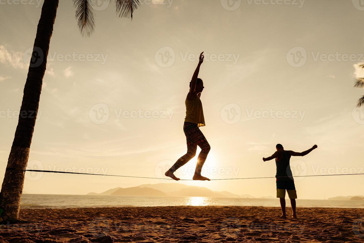 equilibrio de adolescentes en silueta de slackline foto