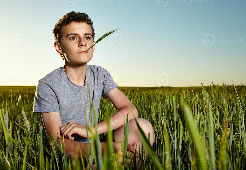 adolescente en un campo de trigo foto