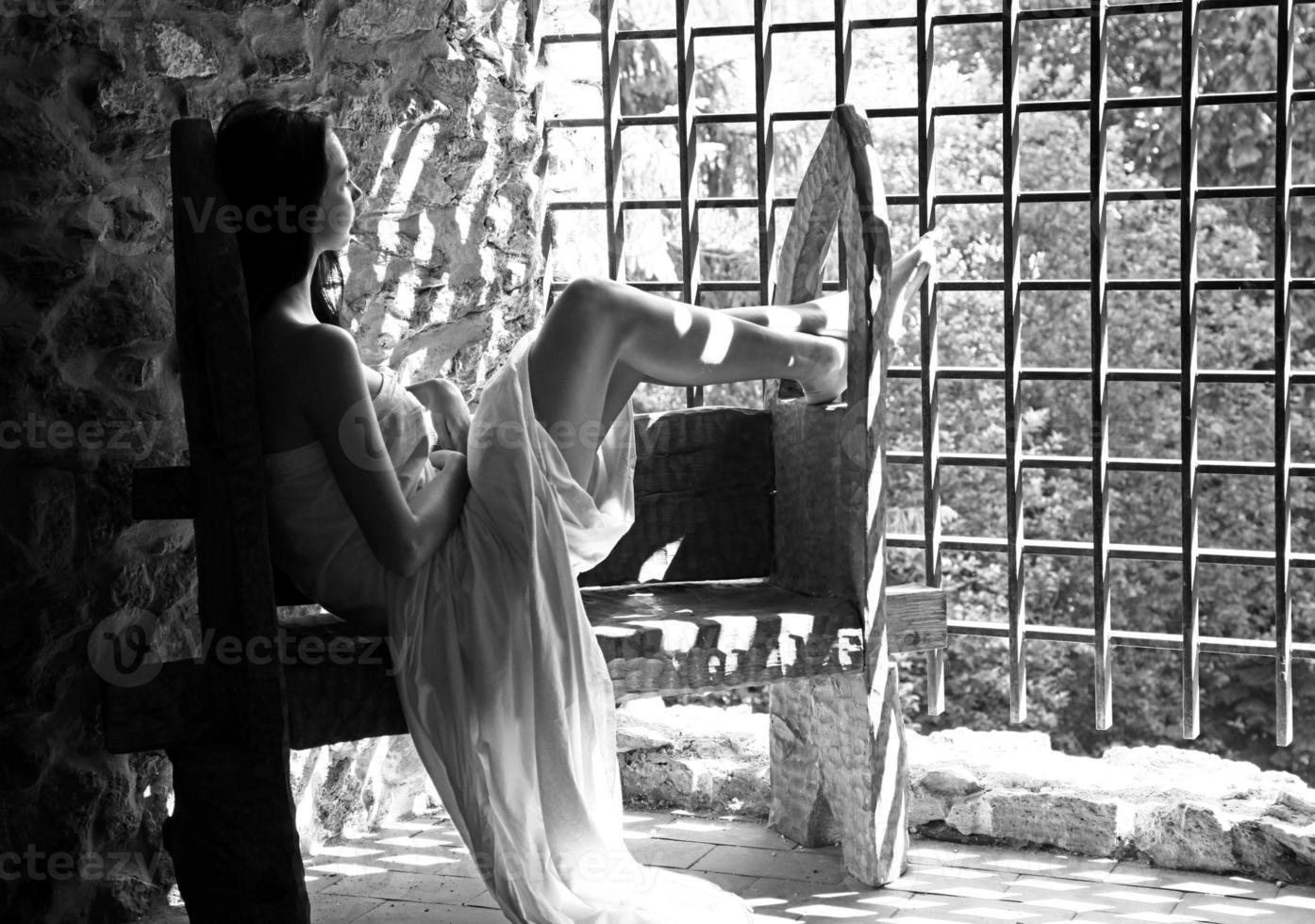 niña solitaria en el viejo castillo foto
