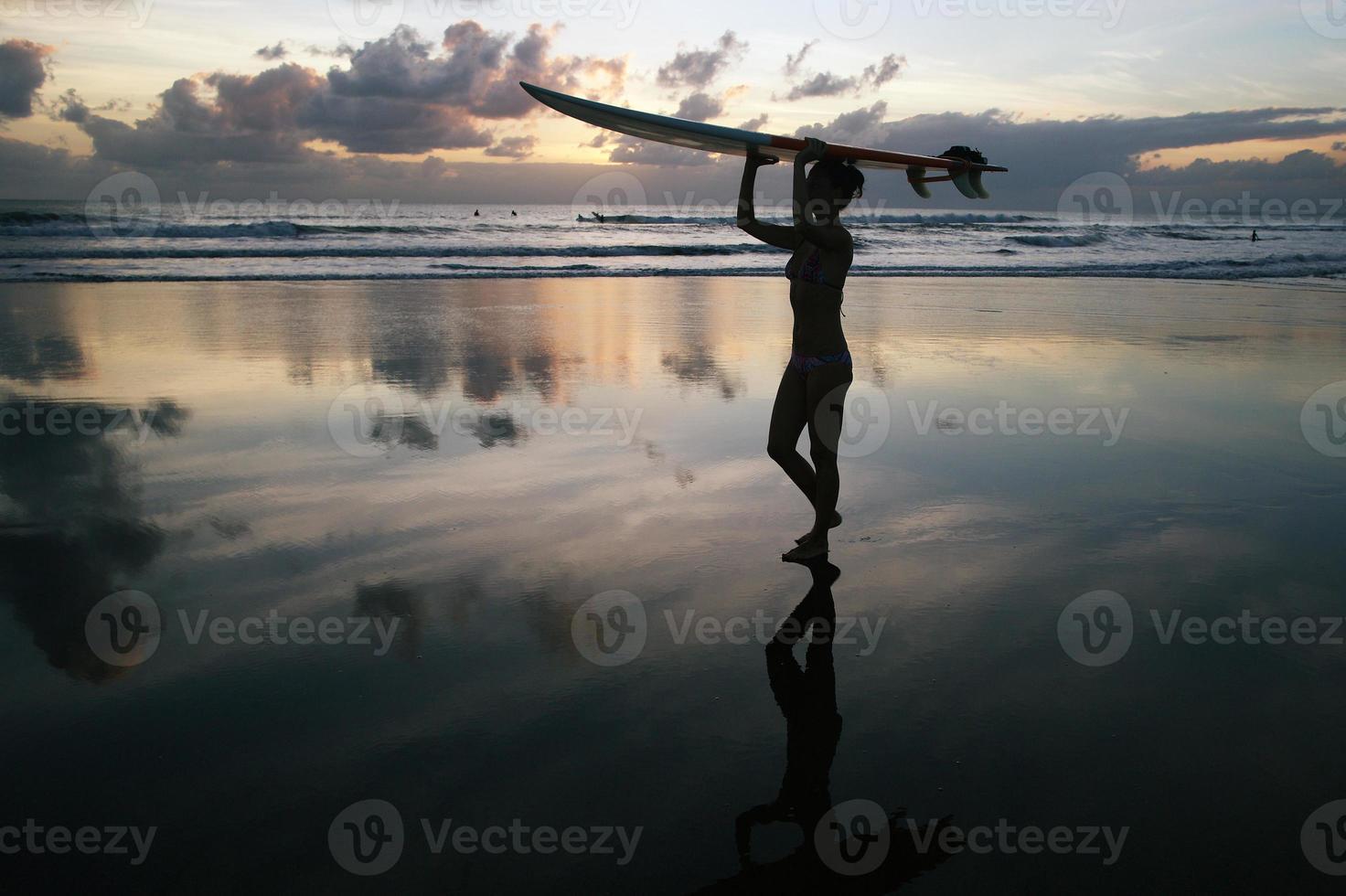 chica surfista con tabla de surf foto