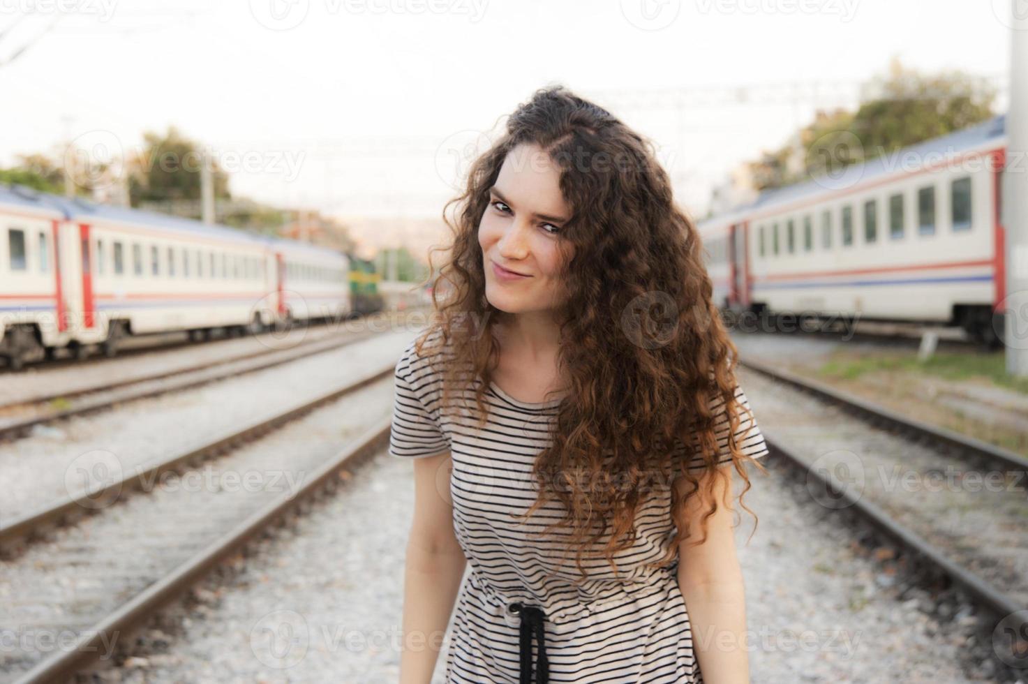 niña en una estación de tren foto