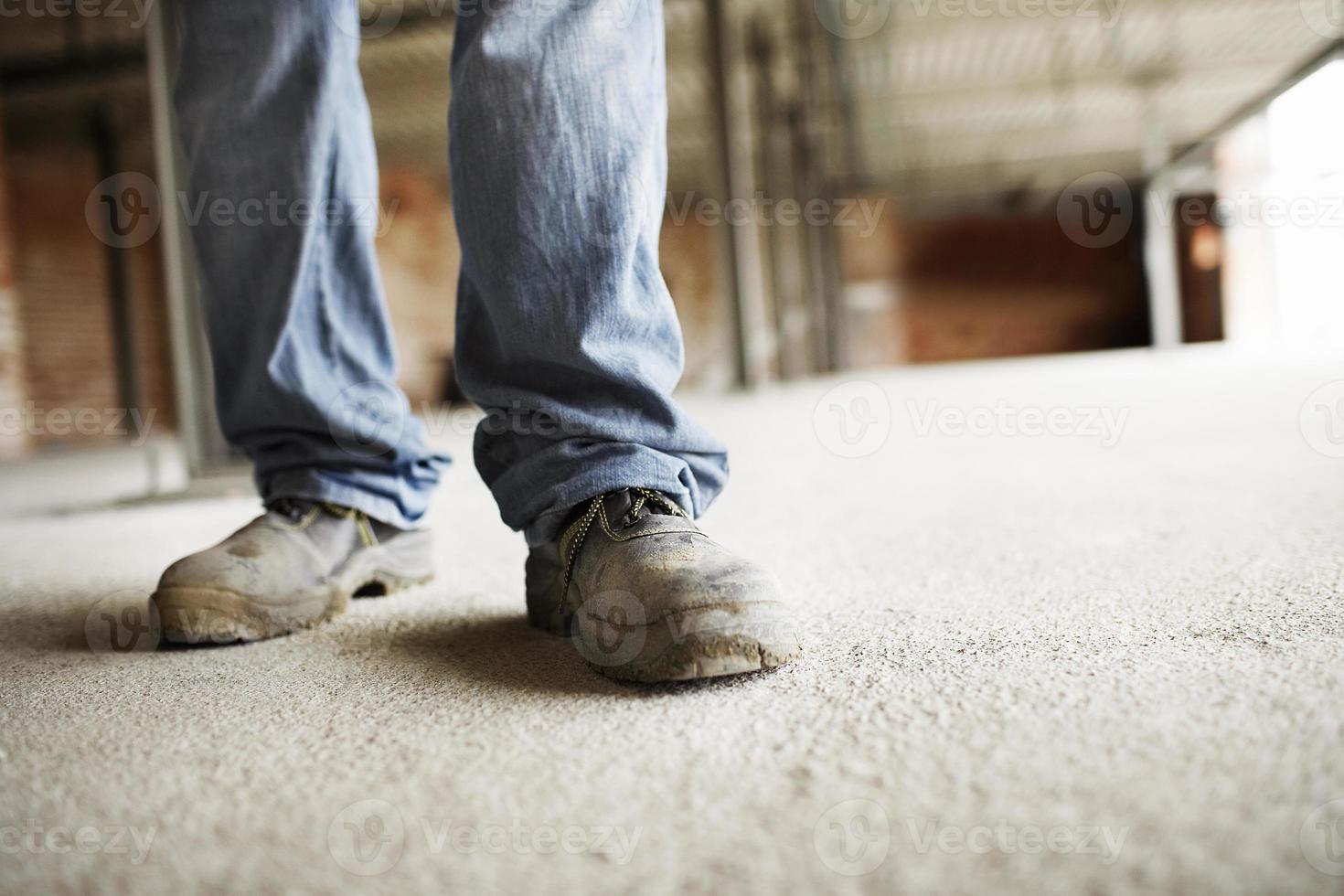 piernas de trabajador de la construcción masculina foto