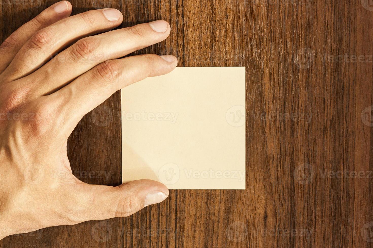 mano masculina con una pegatina foto
