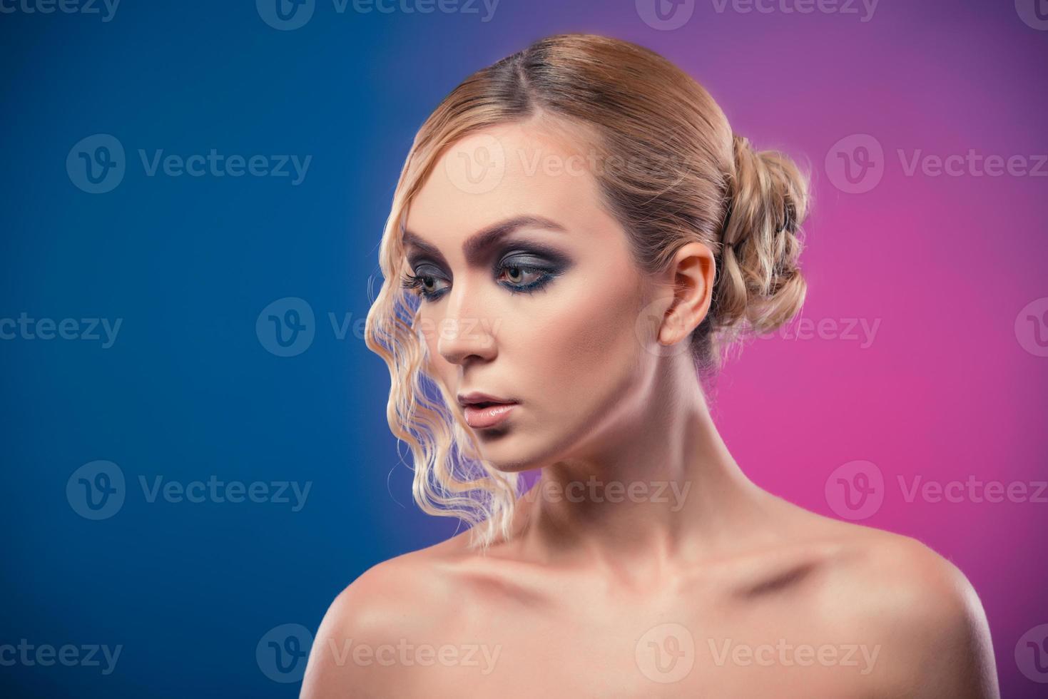 hermosa mujer lujosa sobre fondo morado foto