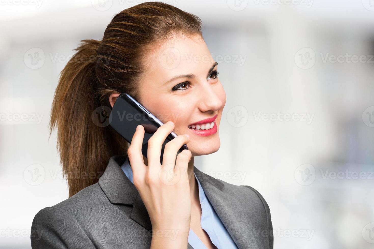 mujer joven hablando por teléfono foto