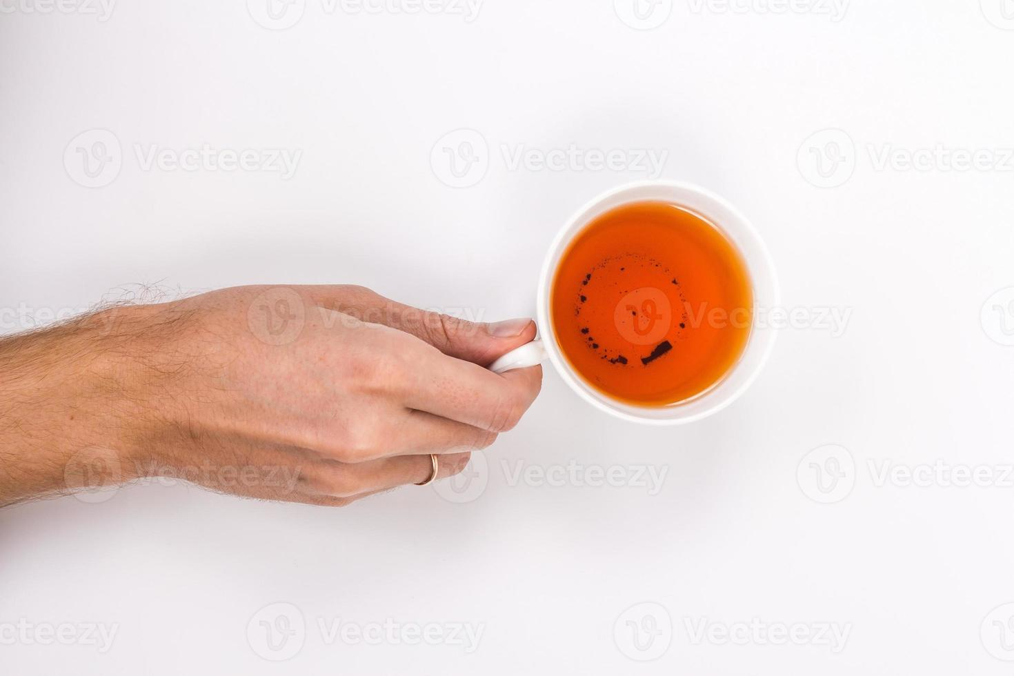 mano masculina que sostiene la taza de té. foto