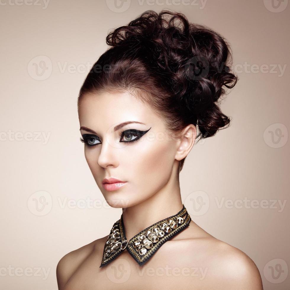Retrato de mujer hermosa sensual con peinado elegante foto
