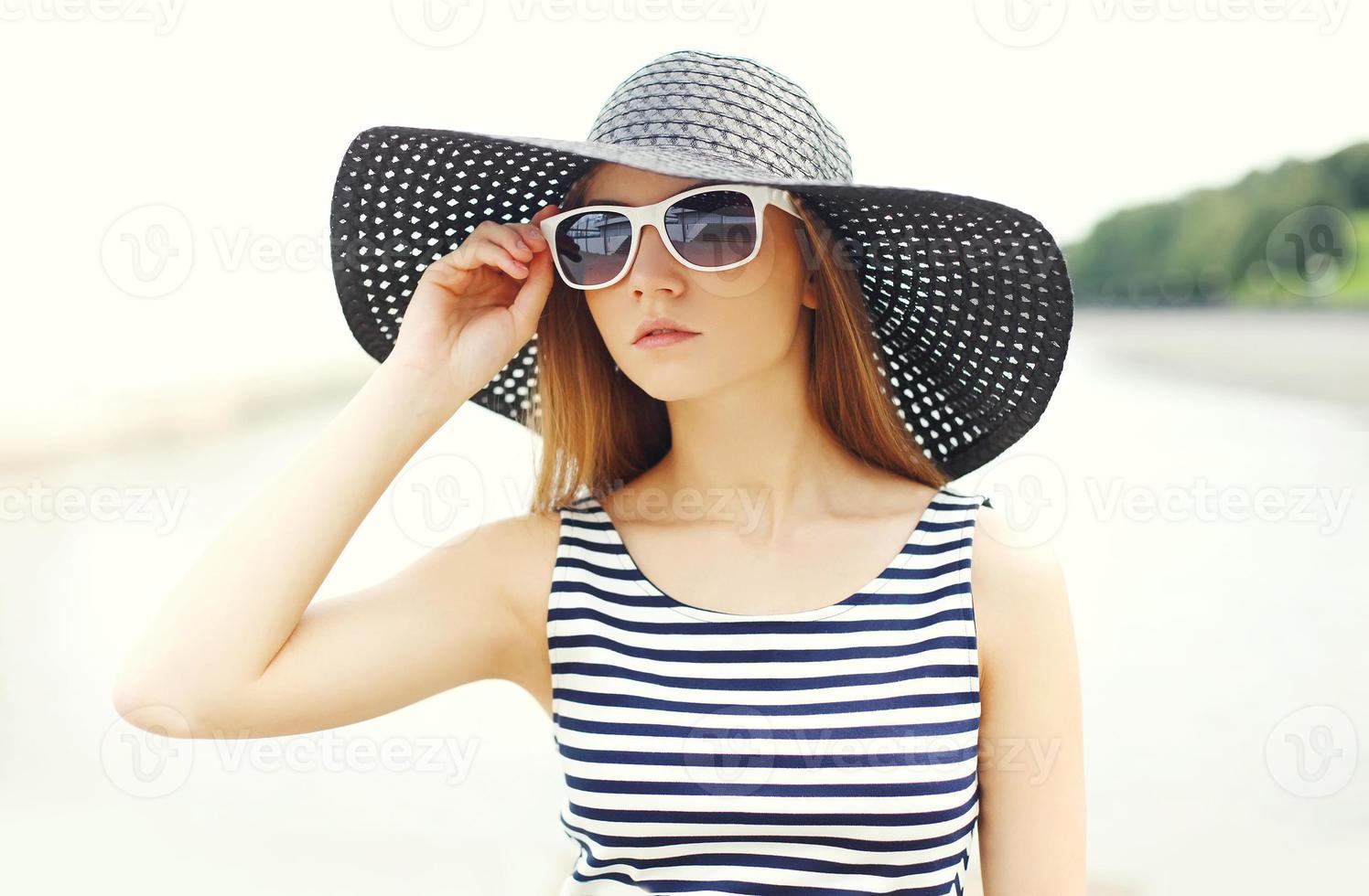 Retrato hermosa mujer joven con un vestido de rayas, negro st foto