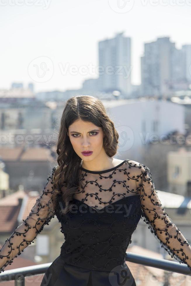 bella giovane donna sul tetto foto