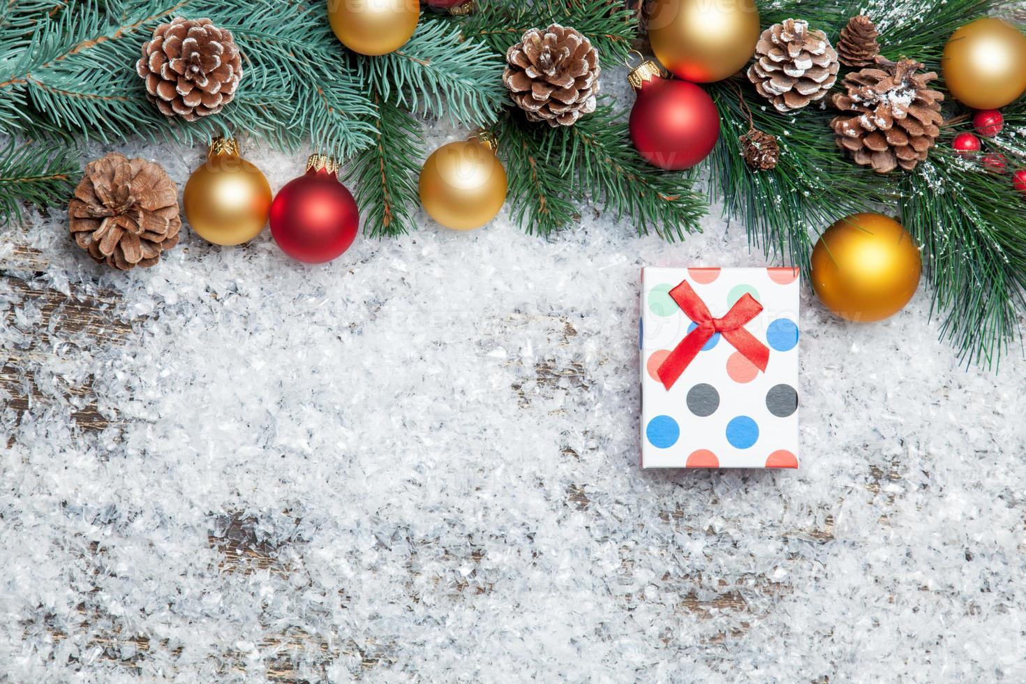 Caja de regalo y rama con juguetes. foto