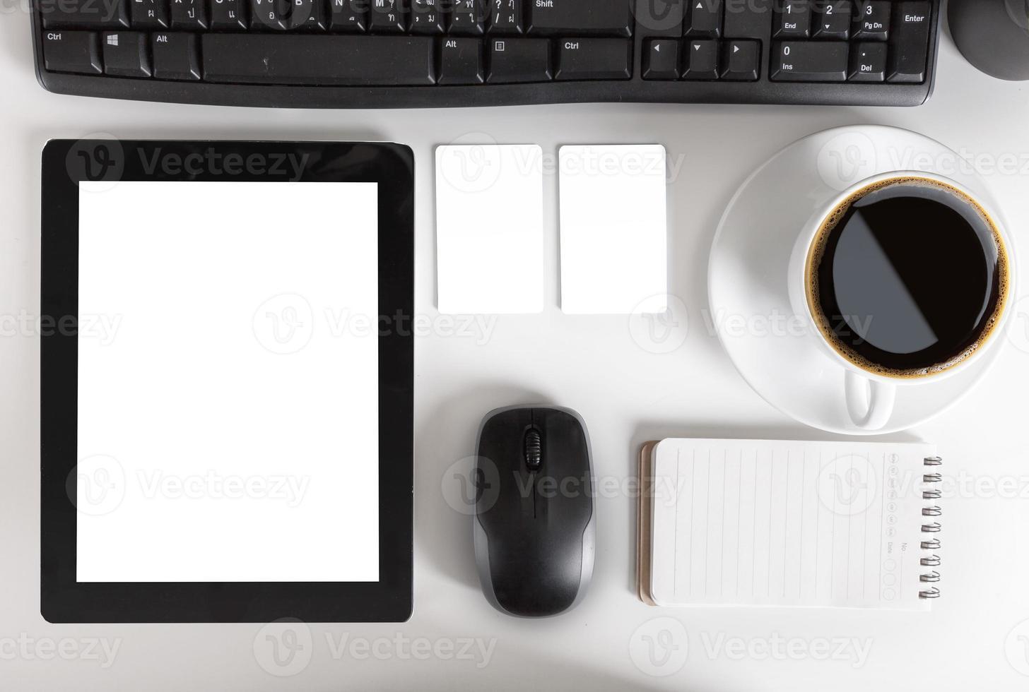 mesa de escritorio de oficina con computadora, suministros, tableta y café cu foto
