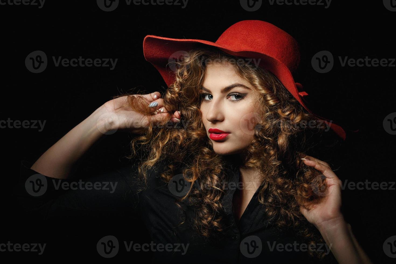 chica con cabello rizado foto