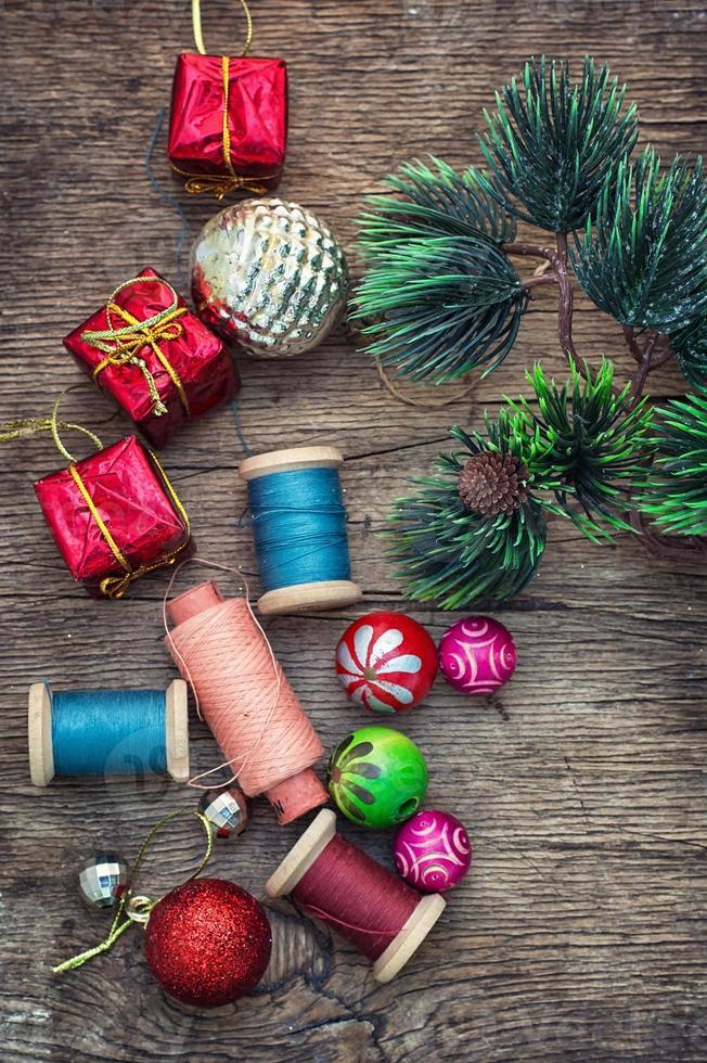 La creación de adornos navideños. foto