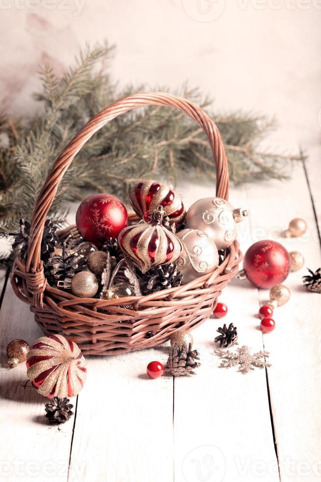 Weihnachtskorb mit roten und goldenen Ornamenten foto