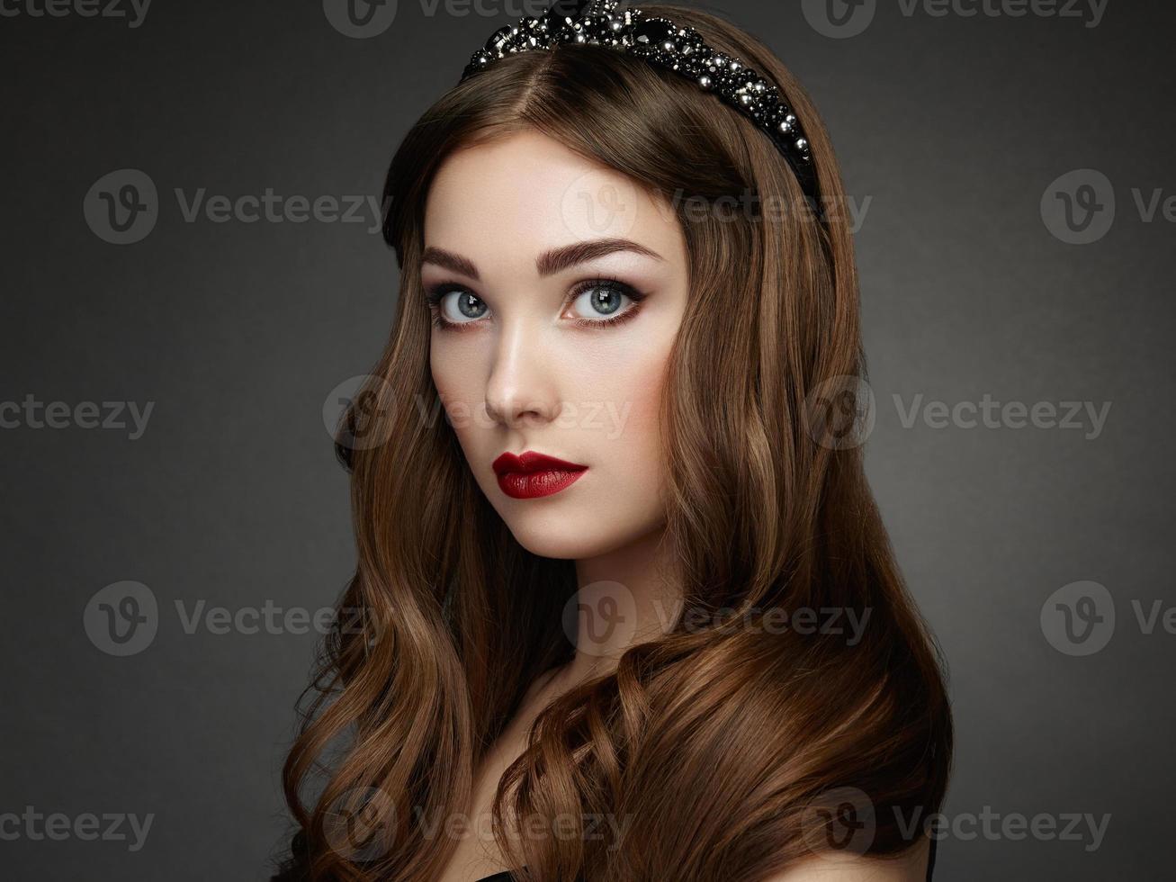 Retrato de moda de mujer elegante con cabello magnífico foto