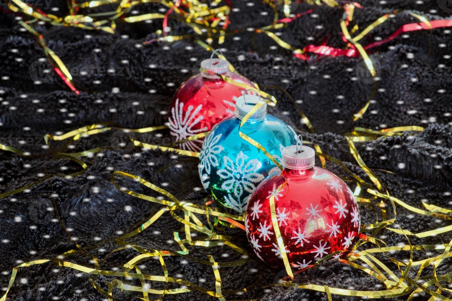 Decoración navideña con copos de nieve sobre terciopelo negro foto