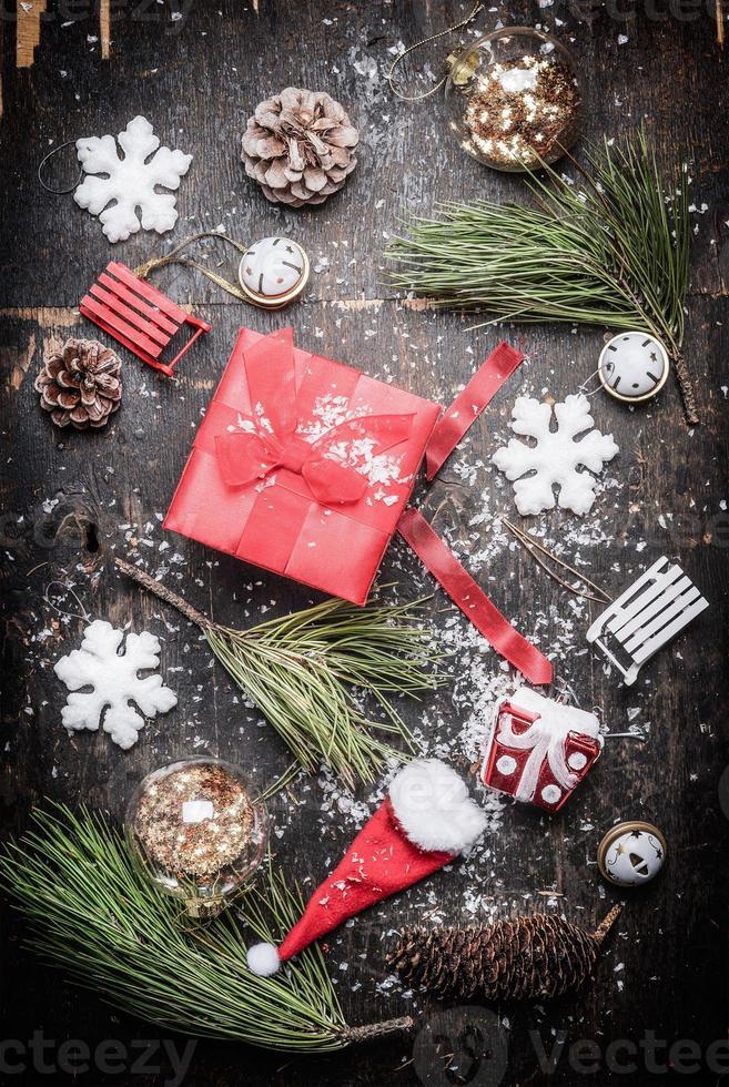 caja de regalo festiva de navidad roja con decoraciones de invierno y vacaciones foto