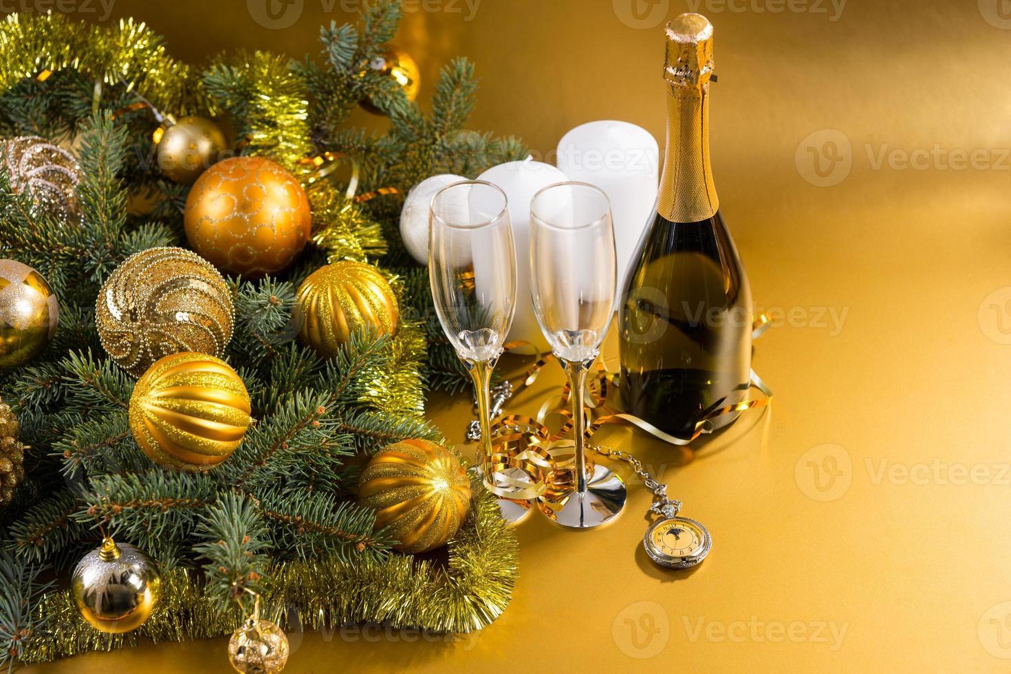 reloj de bolsillo champagne y decoraciones festivas foto