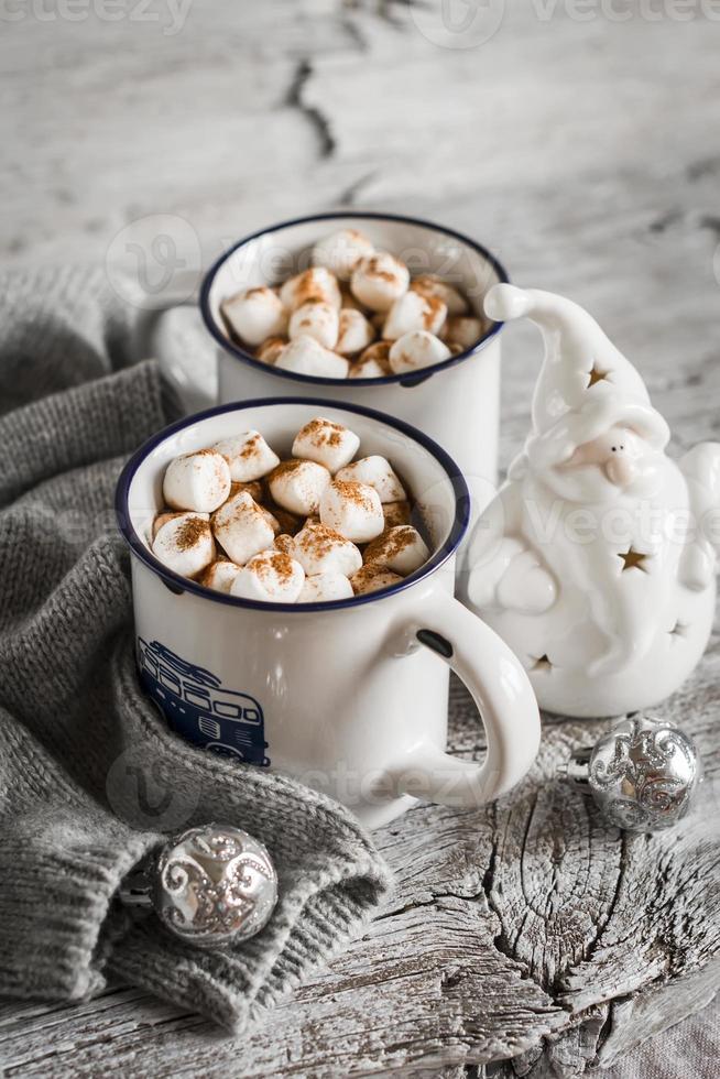 chocolate caliente con malvaviscos en tazas de cerámica foto