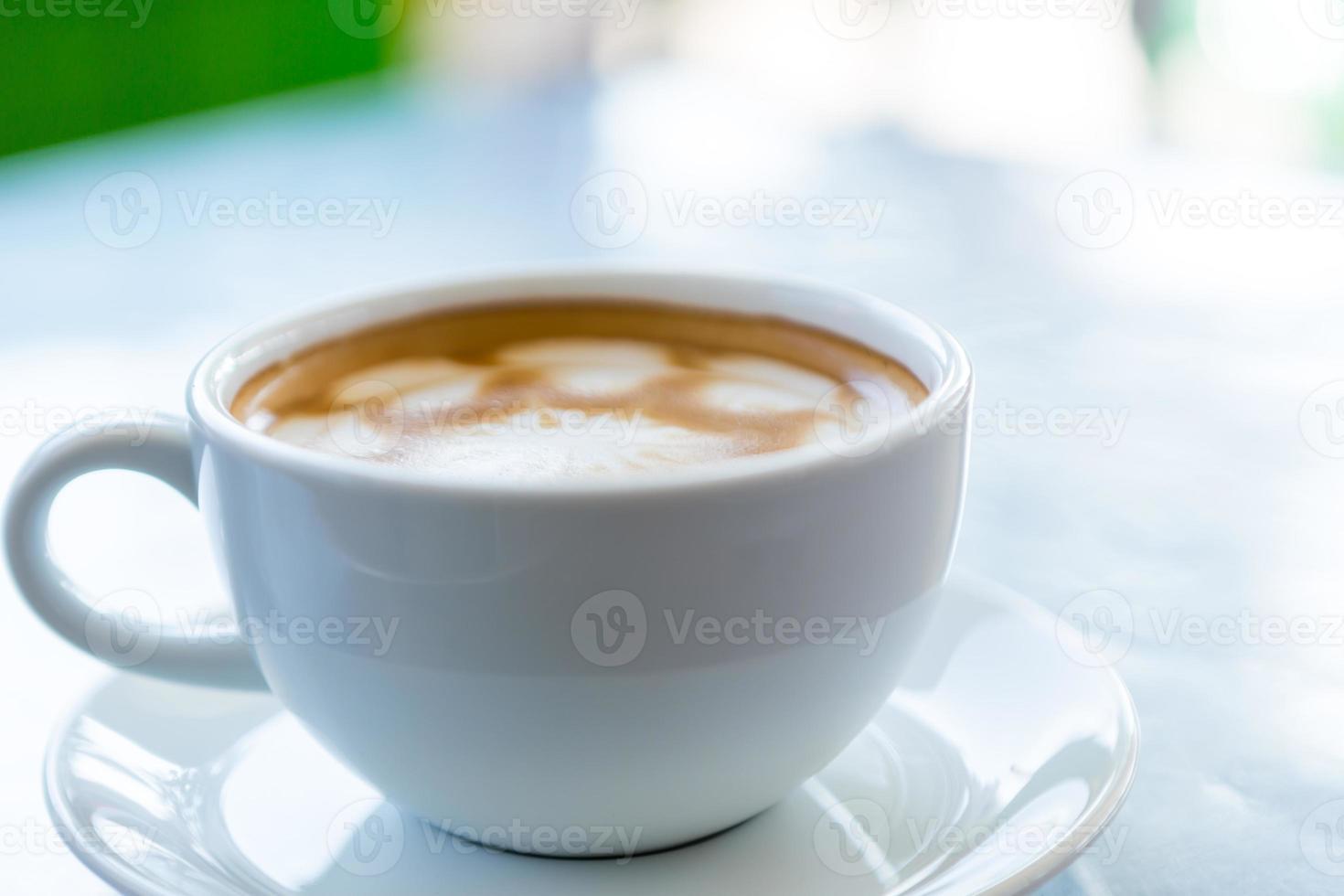 café de la mañana con patrón de corazón foto