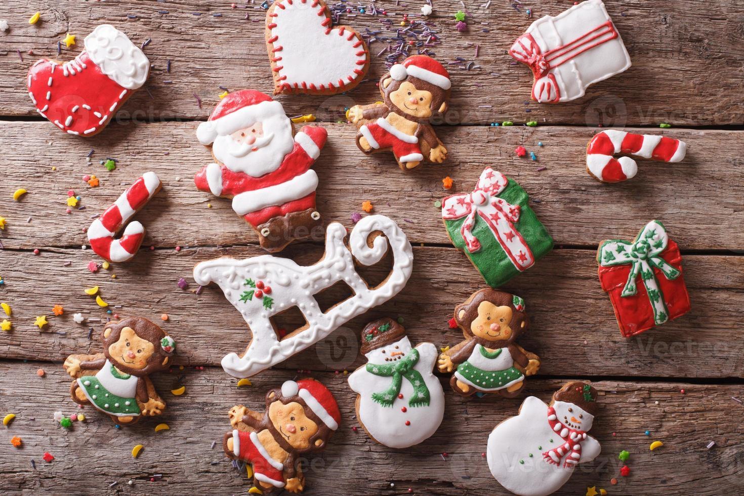 Galletas de jengibre de Navidad en un primer plano de la mesa. horizontal a foto
