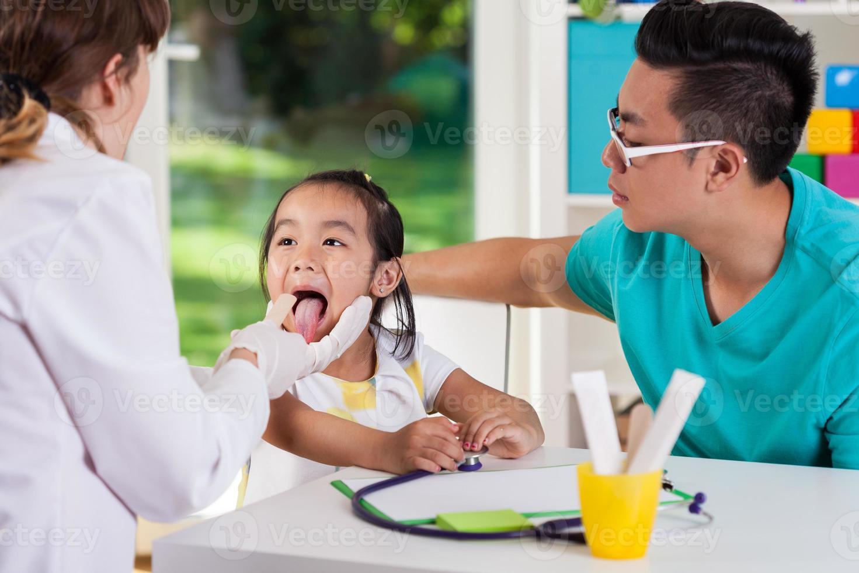 examen de garganta en el consultorio del médico foto