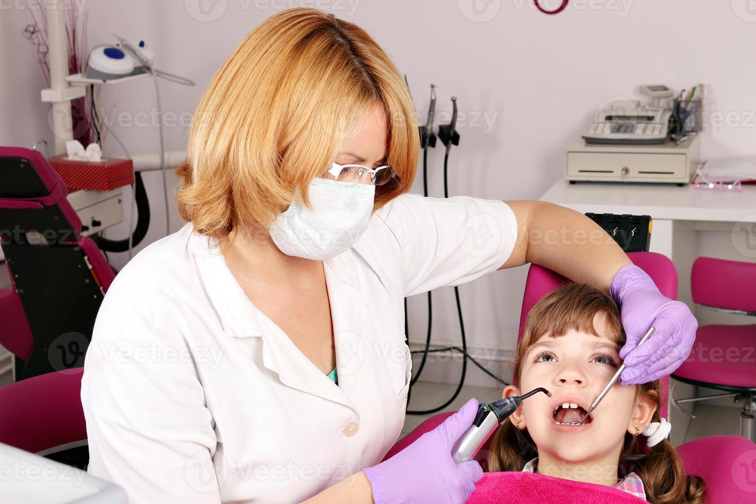 niña paciente y dentista foto