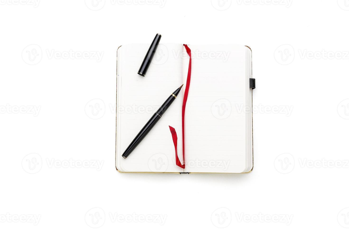 abrir diario en blanco con pincel japonés y marcador rojo foto