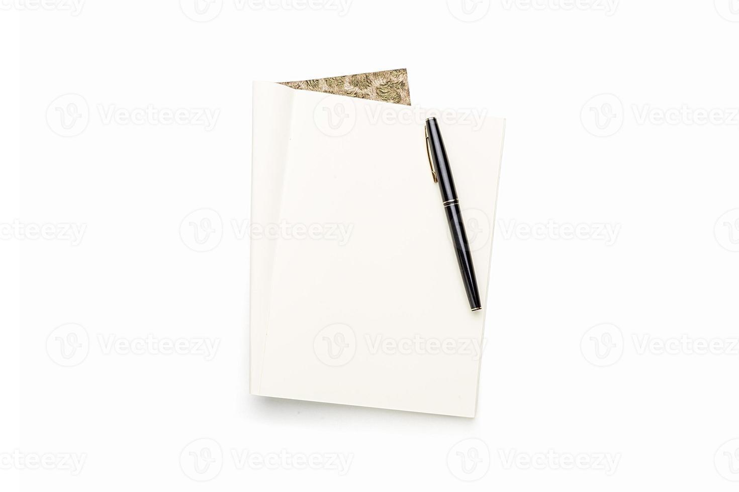 Abra el libro en blanco con lápiz negro, aislado en blanco foto