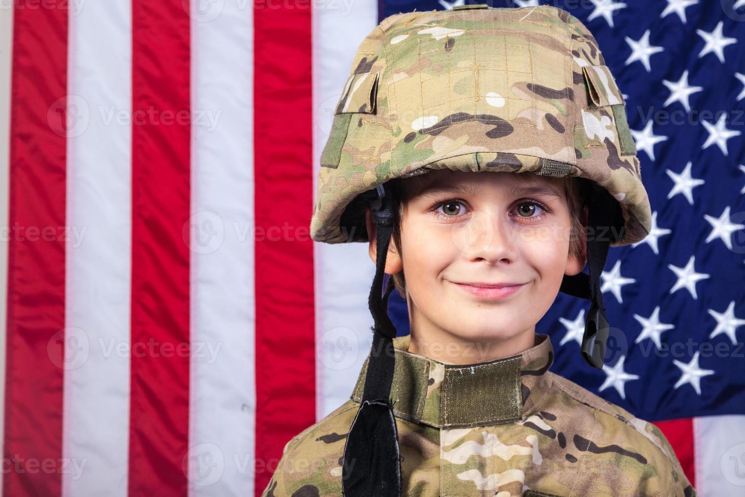 Joven vestido como un soldado con bandera americana foto