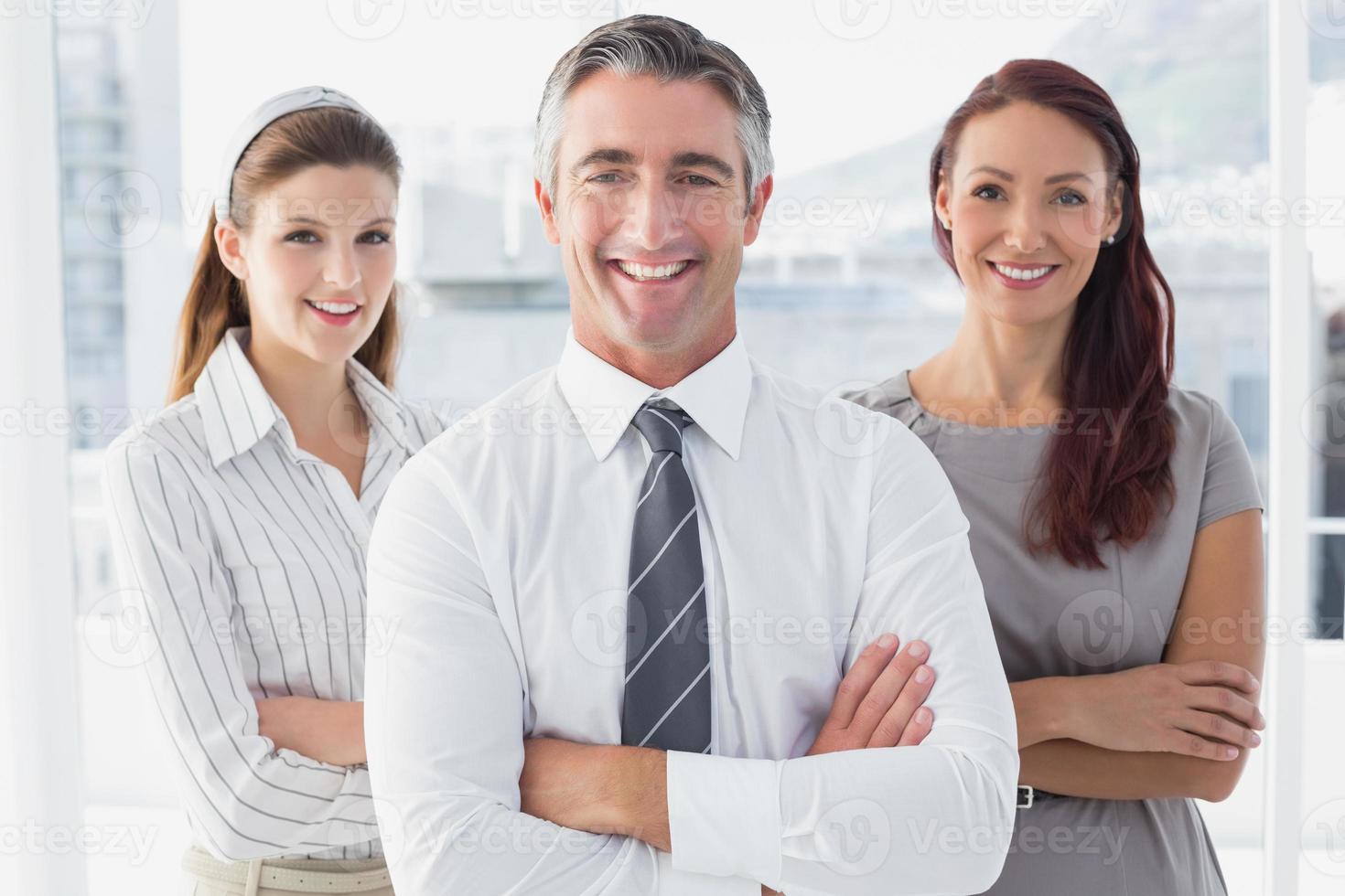 sonriente hombre de negocios con colegas foto
