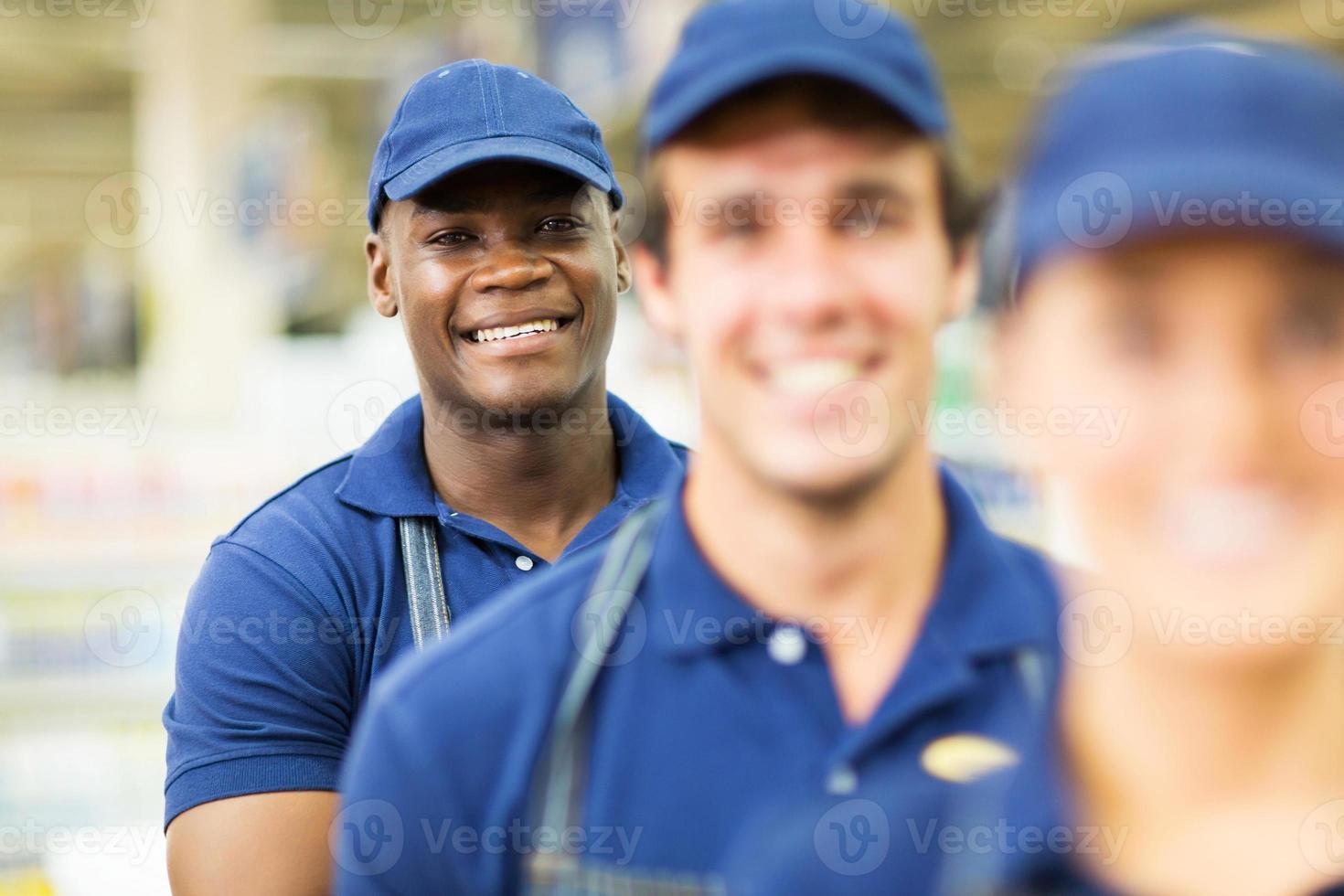 Trabajador afroamericano de ferretería con colegas foto