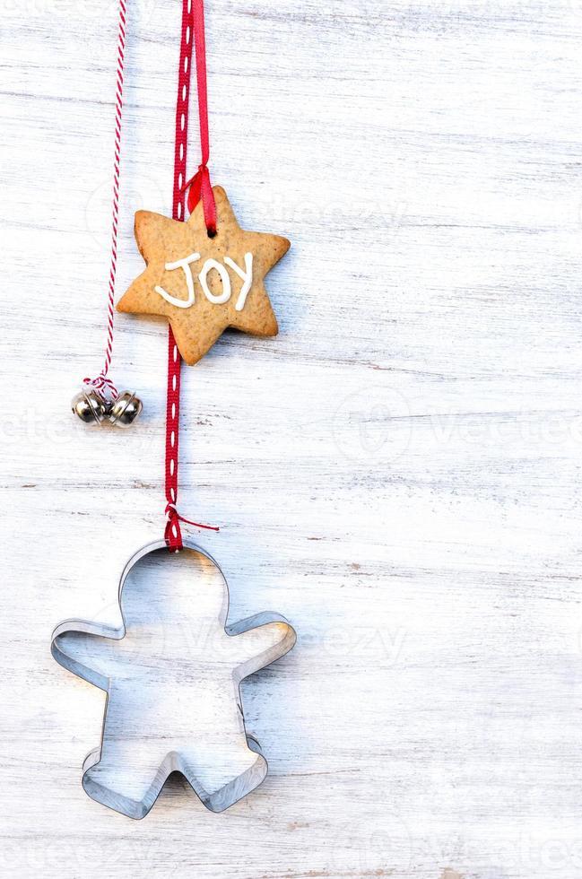 adornos navideños colgando contra el fondo rústico foto