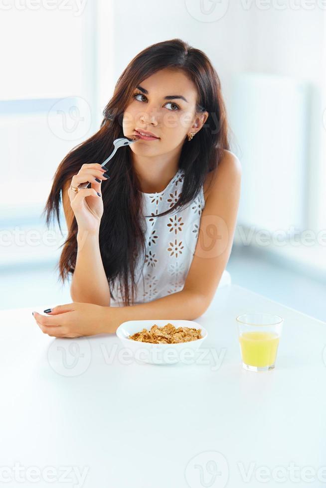 Retrato de mujer comiendo cereales. alimentación saludable. cuidado de la salud. w foto