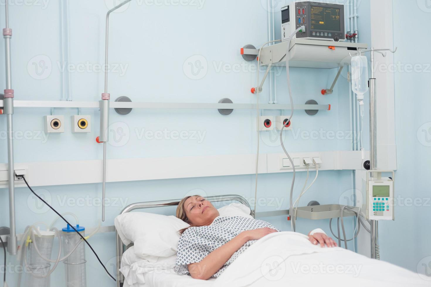 paciente femenino acostado en una cama foto