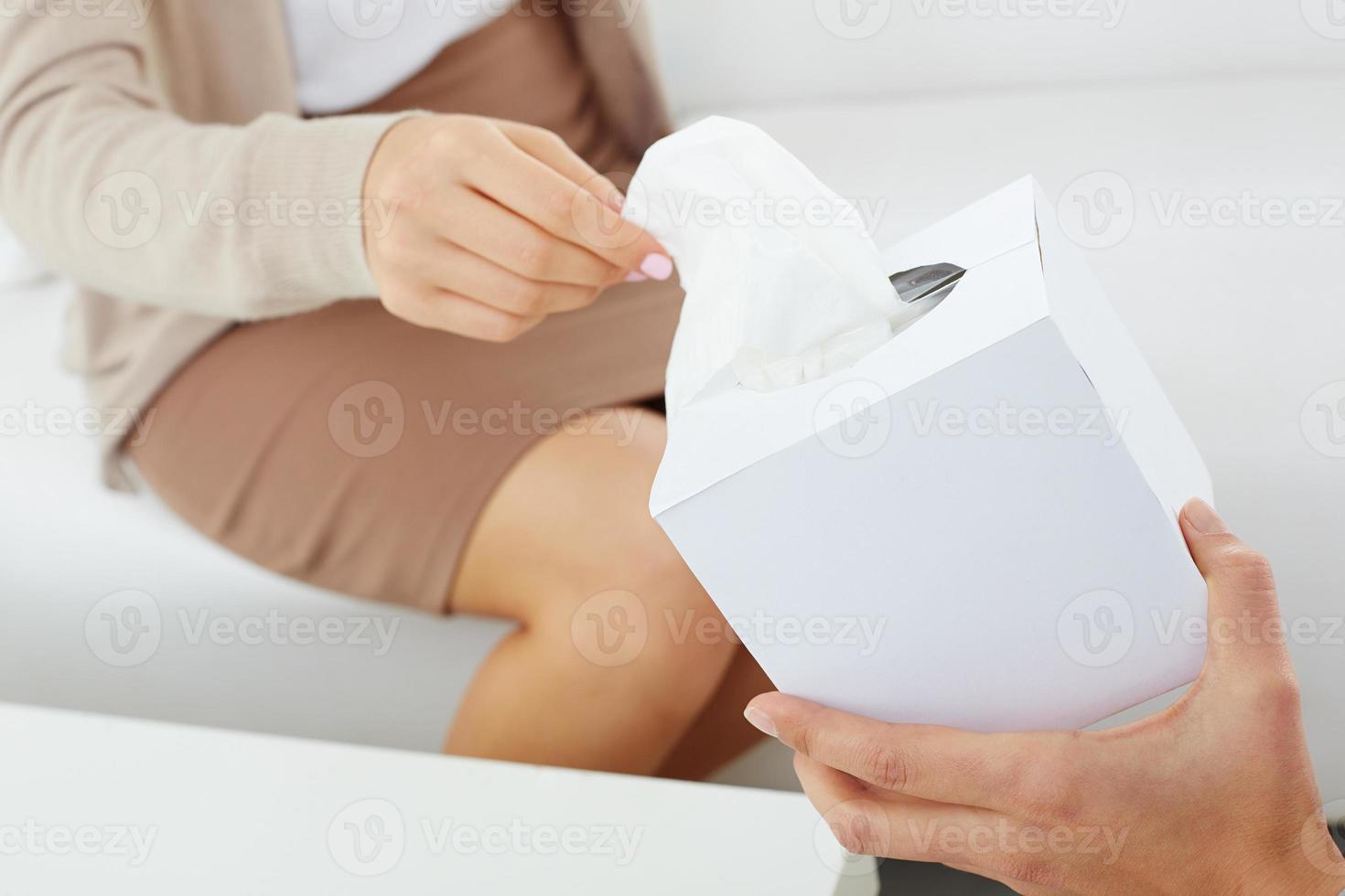 dando pañuelos de papel foto