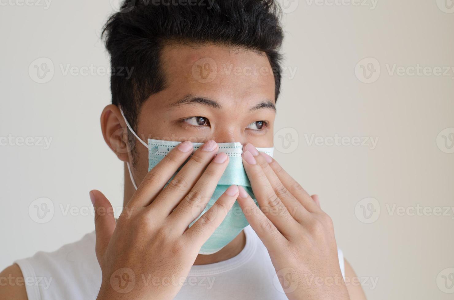 hombre asiático que llevaba una mascarilla foto