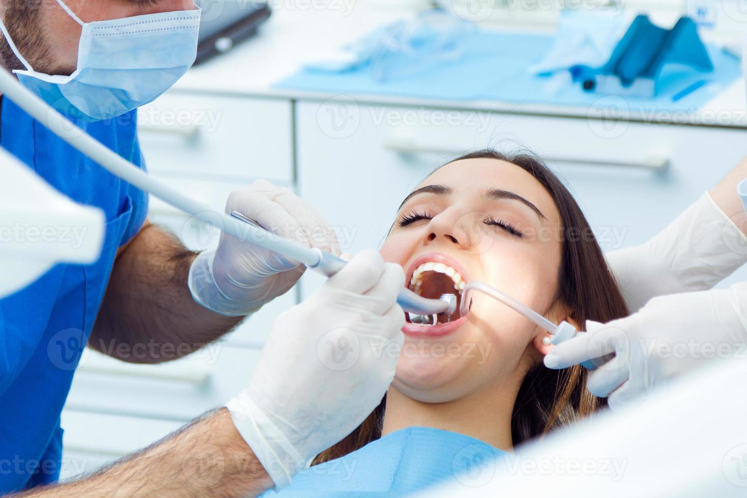 Linda mujer joven en el dentista. chequeo de boca foto