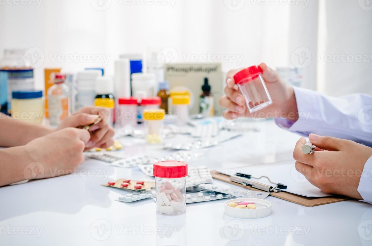 farmacéuticos que trabajan en la oficina foto