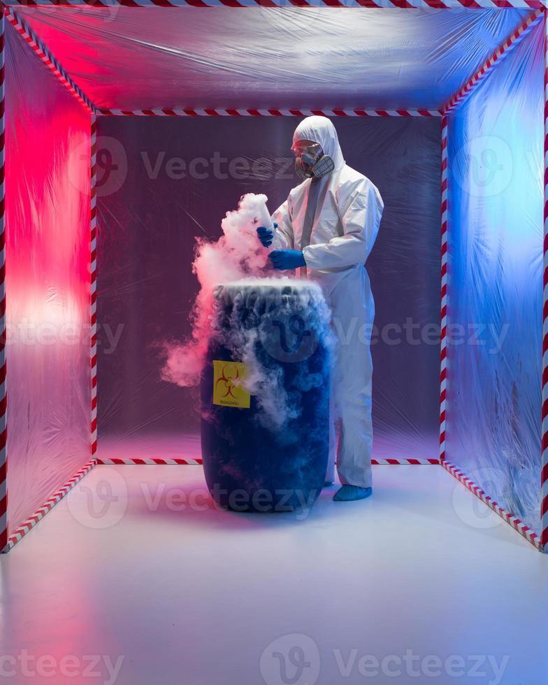 Análisis de residuos bio peligrosos en carpa de contención foto